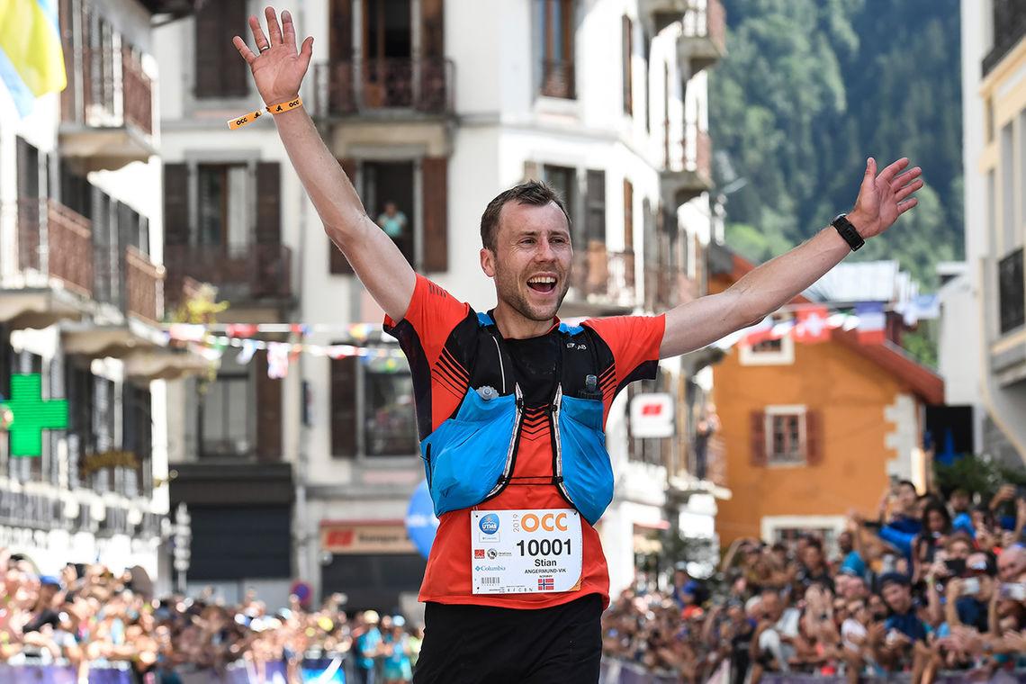 Stian Angermund-Vik er kåret til Årets Ultraløpet 2019 for herrer. På bildet mottar han jubel ved målgangen i Chamonix der han vant OCC. (Foto: UTMB® / Marta Bacardit)