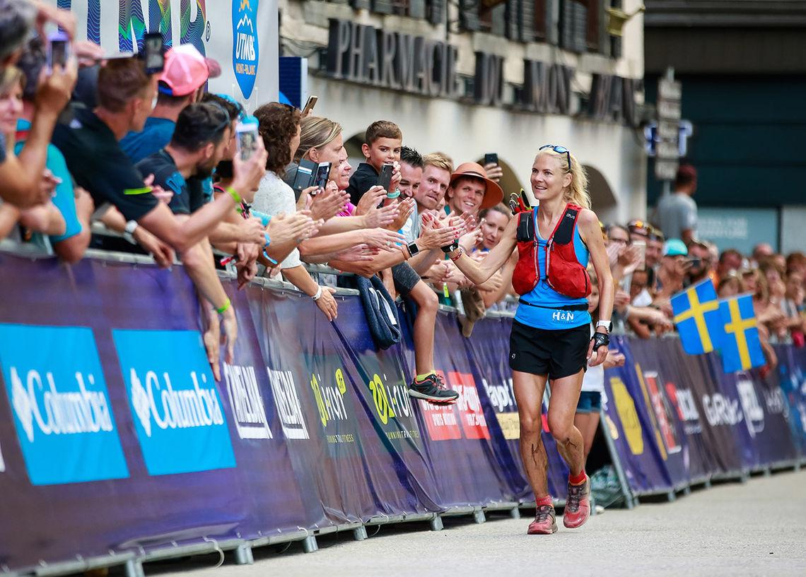 Kristin Berglund kunne motta folkets hyllest etter å ha fullført UTMB på en strålende andreplass. (Foto: UTMB® Christophe Pallot)