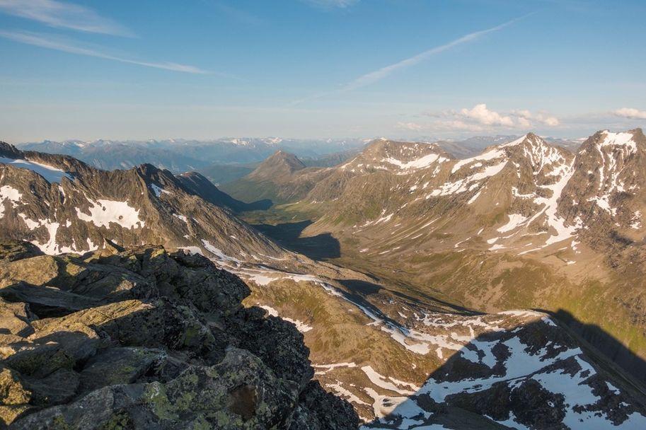 Habbostaddalen sett fra Slogen, Storhornet helt bak midt i dalen_Foto_Arrangor