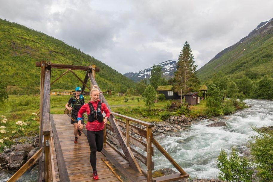 Margrethe Fjetland Løvoll og Kjell Magnar Berli krysser elva ved Mesætra_Foto_Arrangor