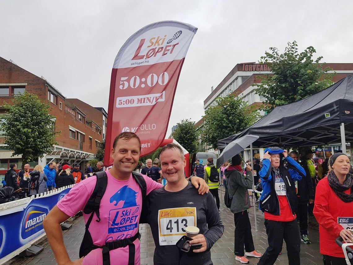 Fartsholder Knut Asbjørnsen sammen med Tobias Toften, en av 348 løpere som løp 10 kilometeren i SkiLøpet. (Arrangørfoto)