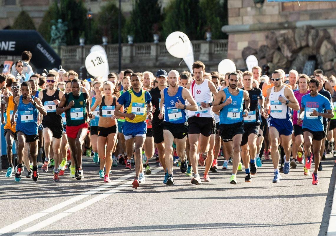 Faa starten med godt over 10 000 løpere bak startseilet. (Foto: Marathongruppen/Magnus Fröderberg)