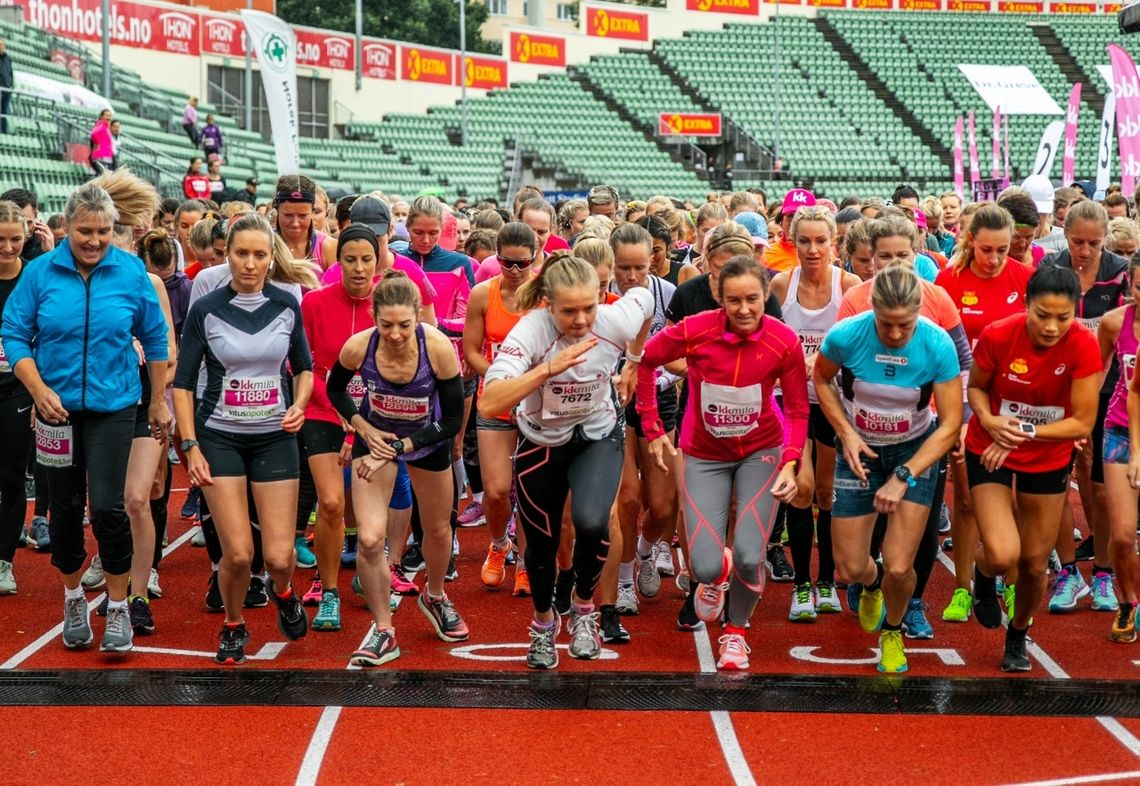 Starten på begge distanser samlet. Vi ser vinneren Annie Bersagel i lilla og toer Astrid Uhrenholdt Jacobsen i blått. I rødt ved siden av Astrid ser vi 5 km-vinner Anne Hansen. (Arrangørfoto)