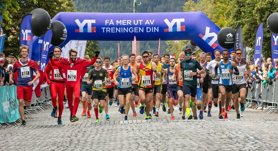 Fra starten av fjorårets Trondheim Maraton. Løpet gikk første gang i 1969 og er med  51 tidligere utgaver  landets eldste (Foto: Arrangøren/KTL)