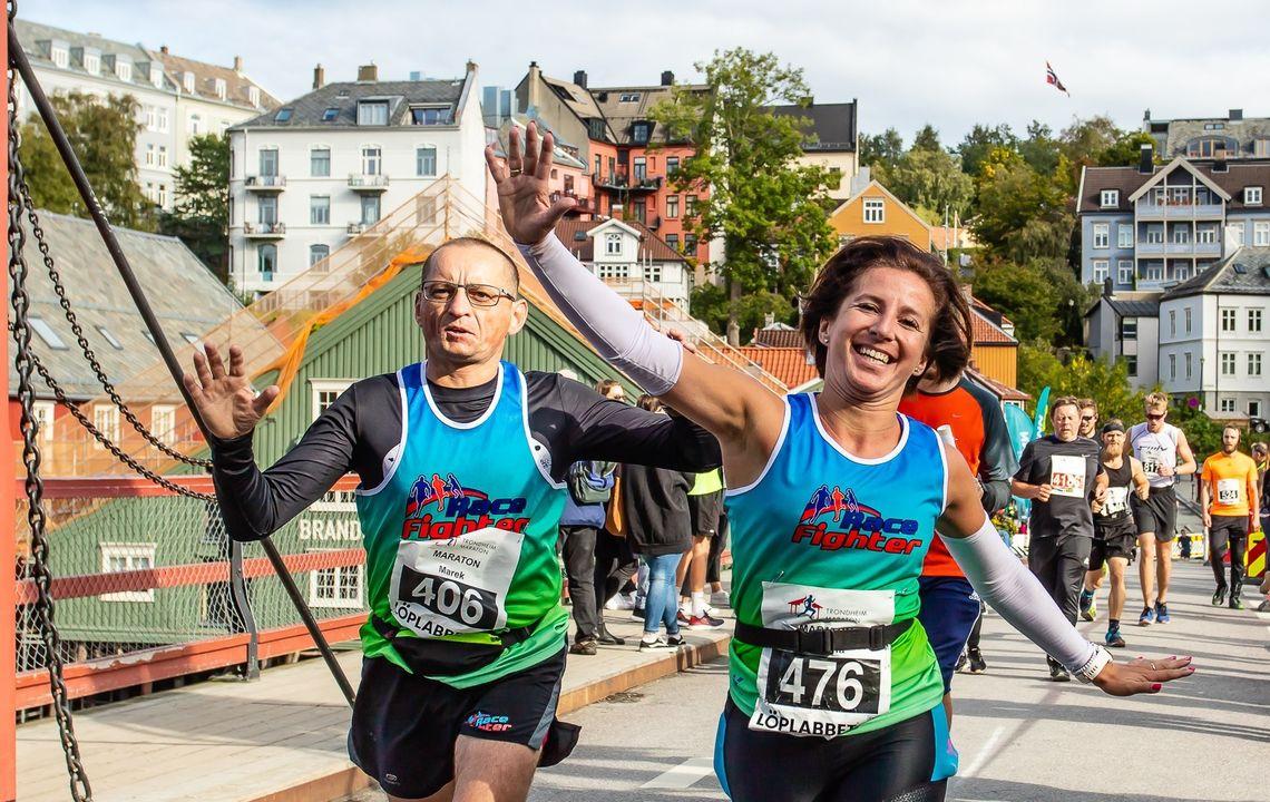 To av de rekordmange deltagerne i Trondheim Maraton var Evelina og Marek som løp Teammaraton for det polske laget Racefighter Gosir Debe Wielkie. (Foto: Arrangøren/KTL)