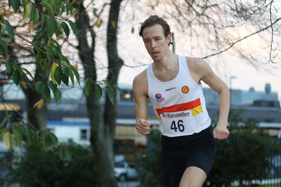 Kristoffer Grindedal i flotte omgivelser og høstfarger i Nygårdsparken under fjorårs sesongens 1. løp.