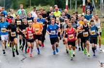 Starten på maraton der vi blant annet ser vinneren i kvinneklassen, Cathrime Melsom Walle med nr 442. Supermann er Tjøme Løpeklubbs Caspar Rieber-Mohn som også har med stafettpinnen til Færd Kommunikasjon. (Foto: Christian Berg-Henry)