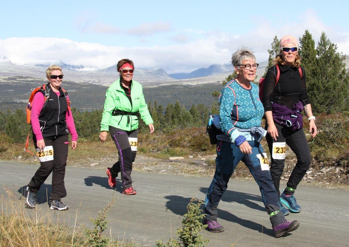 Furusjøen Rundt ved Rondablikk byr på fabtastiske omgivelser. Her fire deltagere i Mosjonsklassen. (Foto: Furusjøen Rundt / Per Fredriksen)