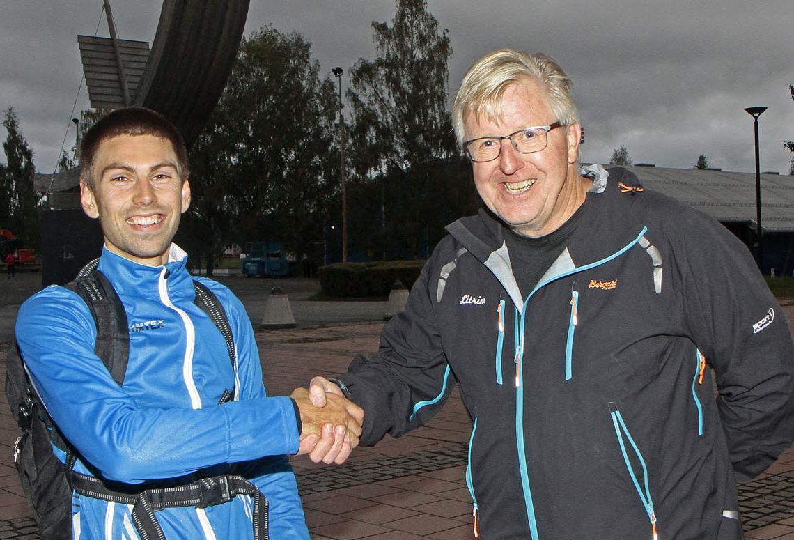 Finn Olsen, leder i Litrim, gratulerer Geir Steig med nok en seier i Elvaløpet. Geir har hatt en fantastisk sesong, og vært raskeste herreløper i samtlige ti løp i årets Sørdalskarusell.