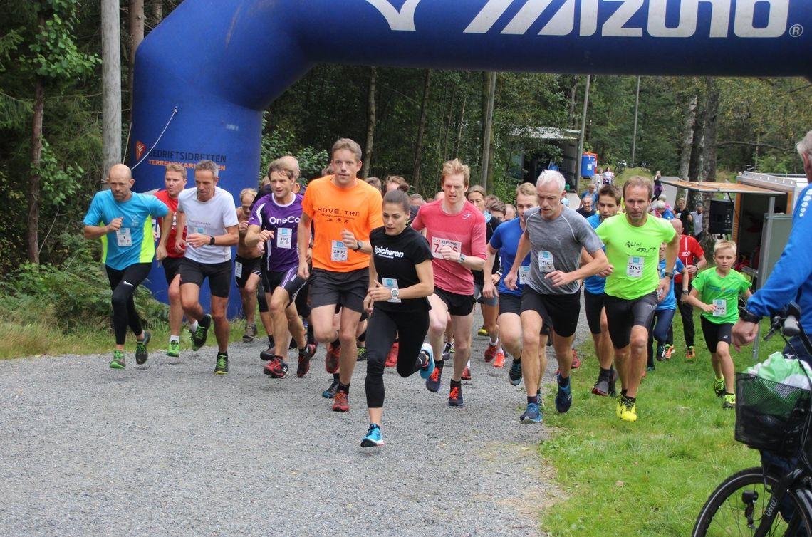 Mange savner fellesstarten i Terrengkarusellen, som her fra 2019. I front på bildet ser du Trine Mjåland, som imponerte stort også i forrige uke. (Foto: Guri Sæterlid)