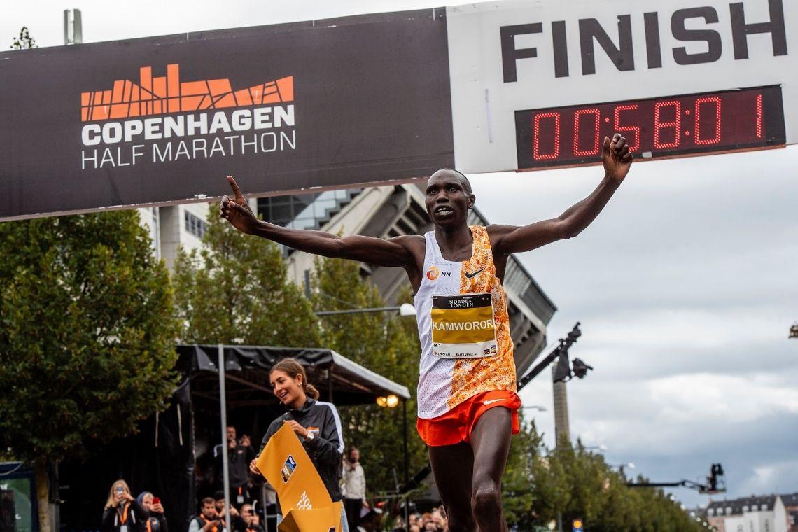 Etter å ha sololøpt siste 10 km kunne kenyanske Geoffrey Kipsang Kamworor juble for ny verdensrekord på halvmaraton i dagens  Copenhagen Half Marathon. (Foto: CPH Half 2019)