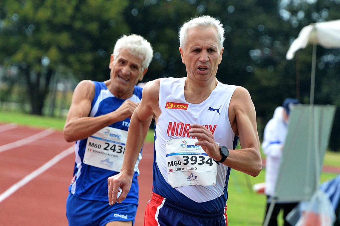Arild Fotland i front foran Edoardo Alfieri på 5000 meter. Det skilte under et sekund i mål, men Arild hadde god kontroll. (Foto: arrangør/fotostudio3.com)