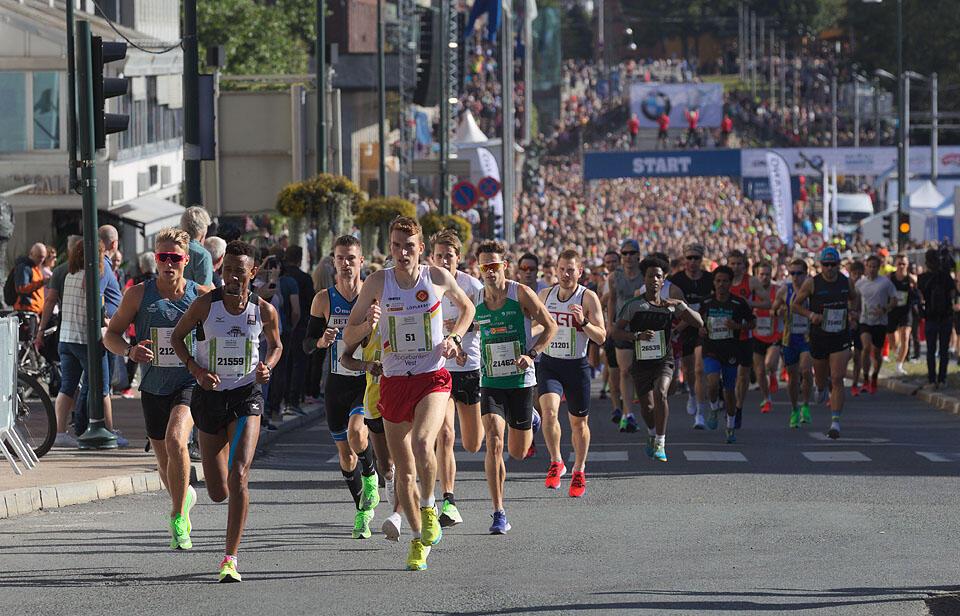 Starten har akkurat gått for eliten i Oslo Halvmaraton 2019. (Foto: Per Inge Oestmoen)