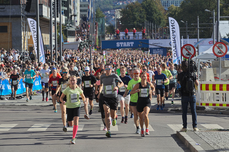 Fra Oslo Maraton og en av startpuljene på halvmaraton som med 9600 fullførende var det norske halvmaratonløpet som hadde flest deltagere i fjor (Foto: Per Inge Østmoen)