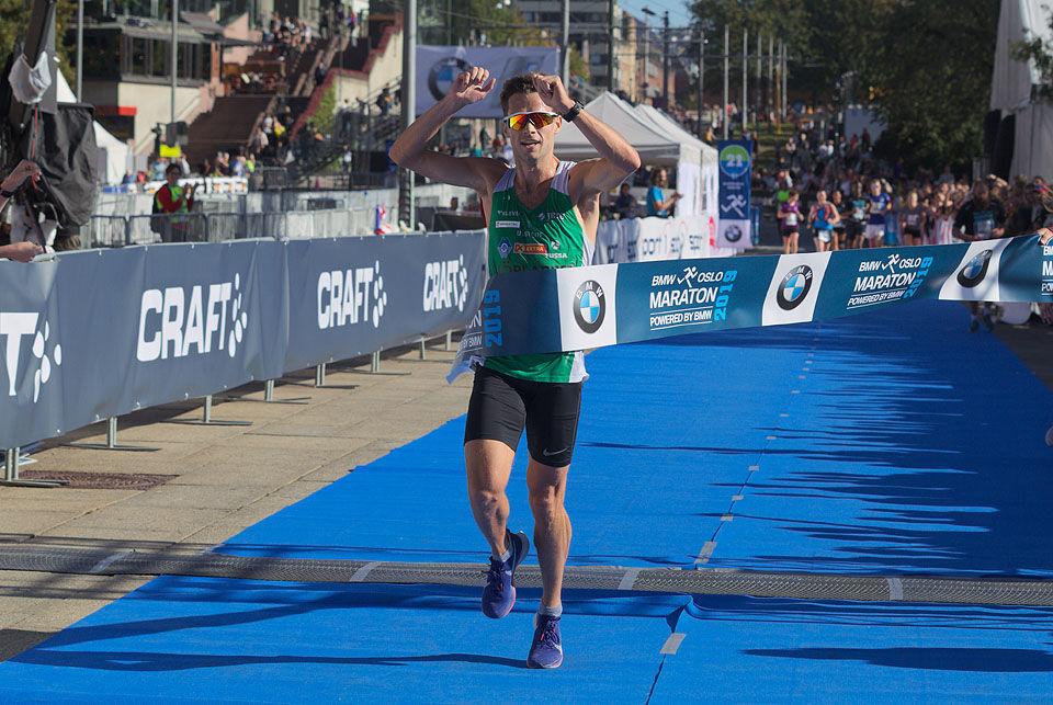 Ådne Andersen løper inn til klar og overraskende seier på halvmaraton. (Foto: Per Inge Østmoen)