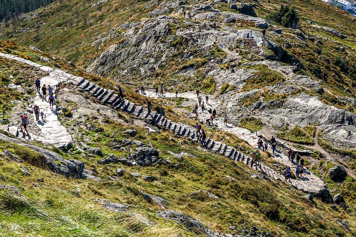 Oppstemten er den nye trappestien som går til toppen av Ulriken. Heretter kan man kun gå opp denne trappen, ikke ned. (Foto: Arne Dag Myking)