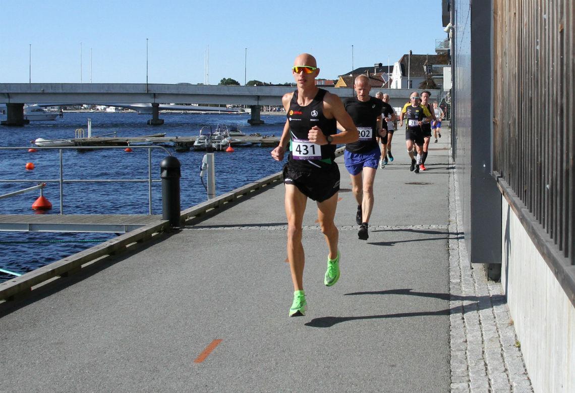 Øystein Wergeland vinner den siste utgaven av Mandalsmaraton.   Foto: Lise B Hetland.