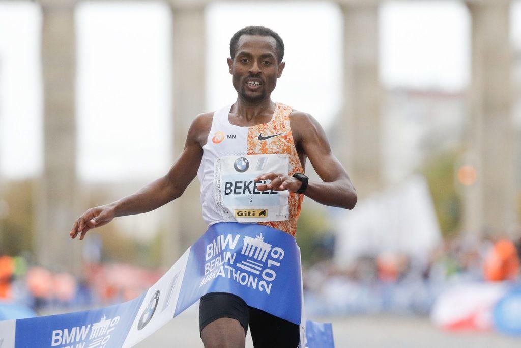 Bekele fra Etiopia bare to sekunder unna en ny verdensrekord i Berlin Marathon. (Foto: SCC EVENTS/Norbert Wilhelmi)