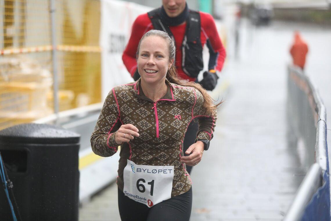 Henriette Thorp vant halvmaraton i Byløpet i Skien da det gikk i regnvær i 2019. Årets utgave av løpet er utsatt til høsten. (Foto: arrangøren)