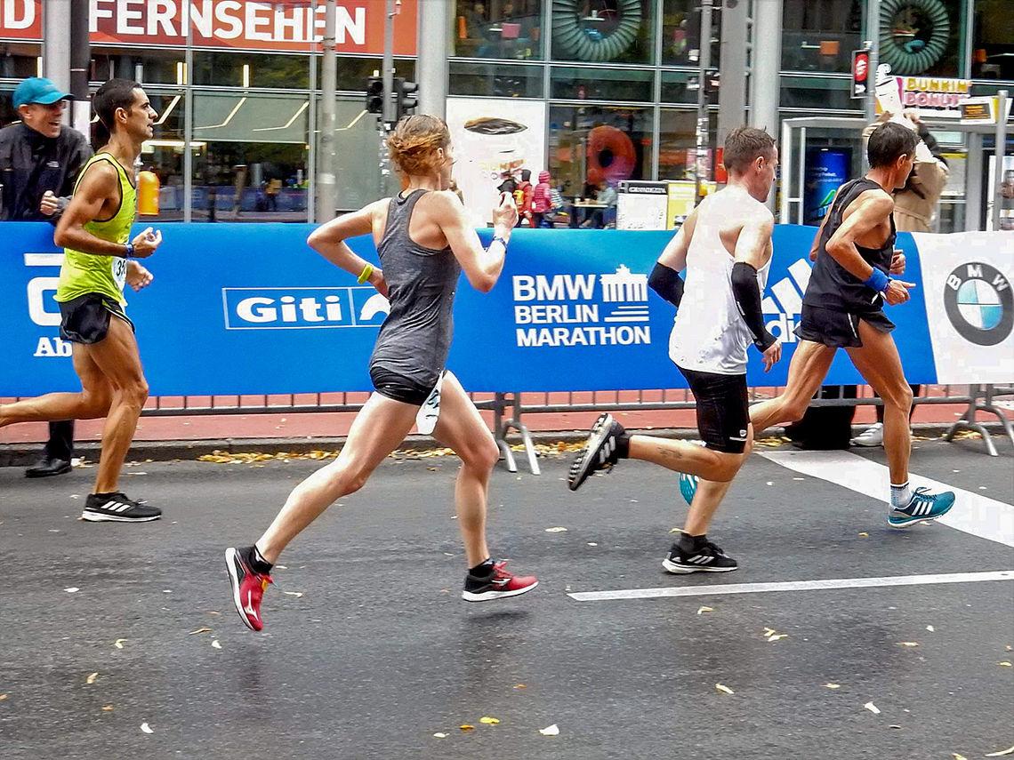 Hilde Aders i sitt løp gjennom Berlins gater. (Foto: privat)