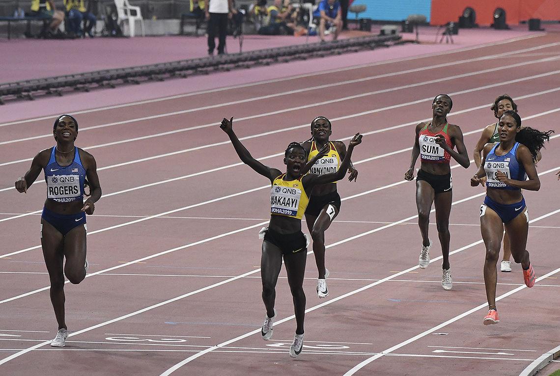 Ugandiske Halimah Naakayi krysser målstreken først - foran de to amerikanske jentene Raevyn Rogers og Ajee Wilson. (Foto: Bjørn Johannessen)
