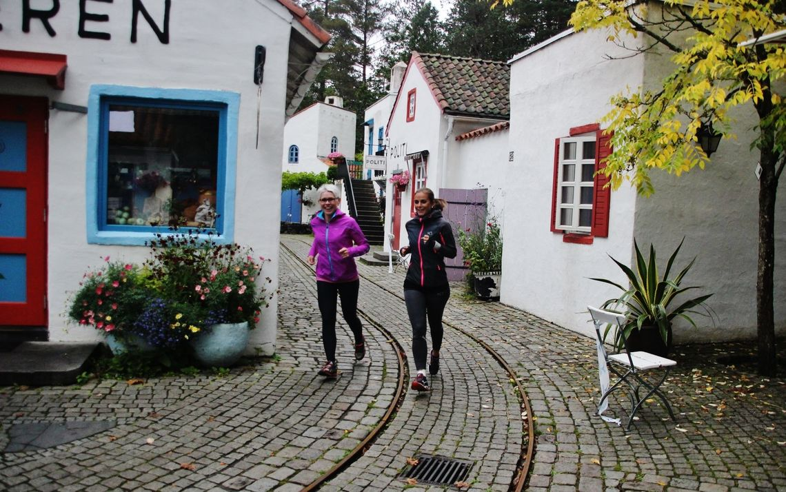 To av deltagerne i Kardemommeby, men ingen av dem ligner på strenge Tante Sofie. (Foto: Guri Sæterlid)