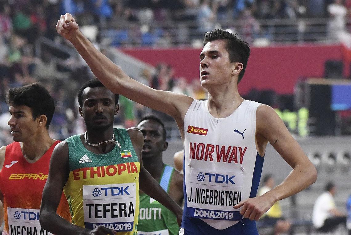 Jakob Ingebrigtsen lirka seg forbi Samuel Tefera på innsida og vant det første heatet. (Foto: Bjørn Johannessen)