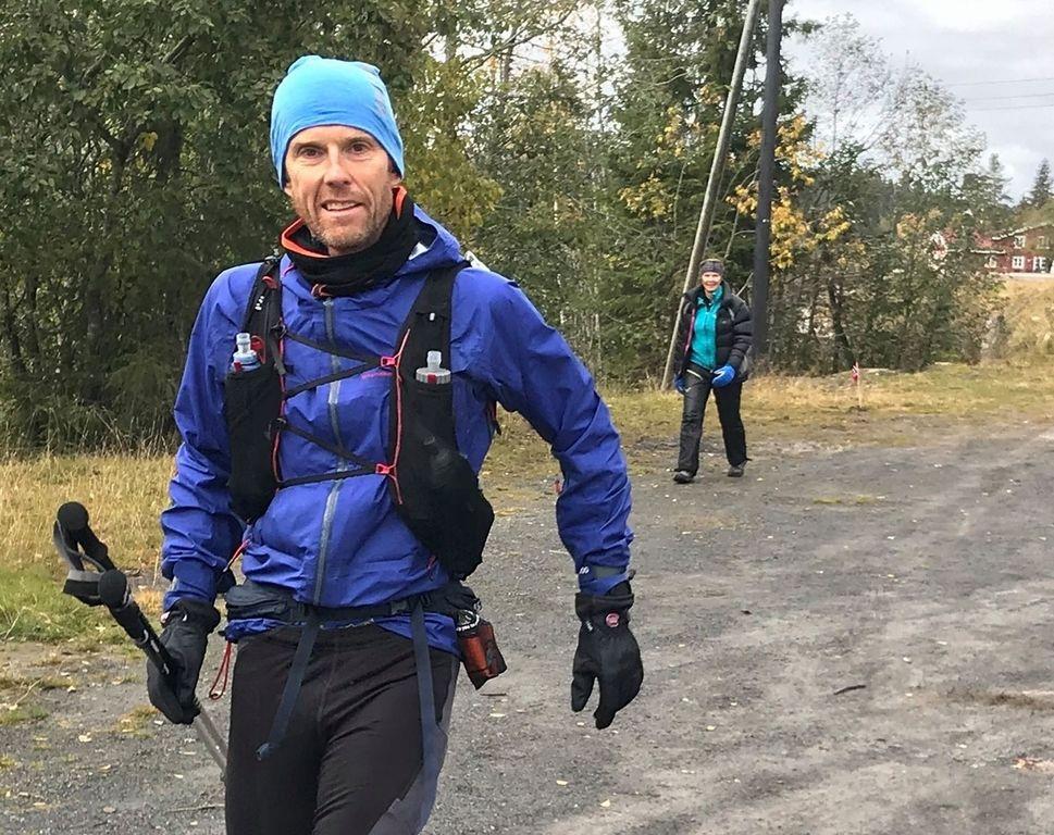 Arne Nåtedal leder (søndag 14:00) OTC 200 km der det fortsatt er tre løpere med. 2 km bak lurer Cecilie Longva Igesund som tar innpå. De vil slite med makstidene dersom arrangøren ikke korrigeres noe. (Foto: Mona Kjeldsberg, ved vending etter 100 km)