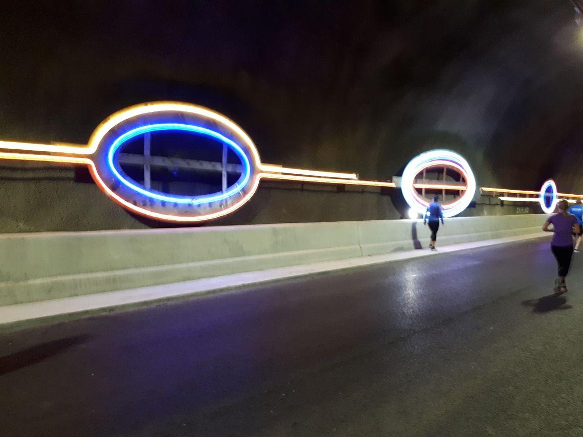 Lysdekorasjoner sørget for at løperne så lyset i tunnelen undervegs i Ryfastløpet. (Foto: Turid Veggeland)