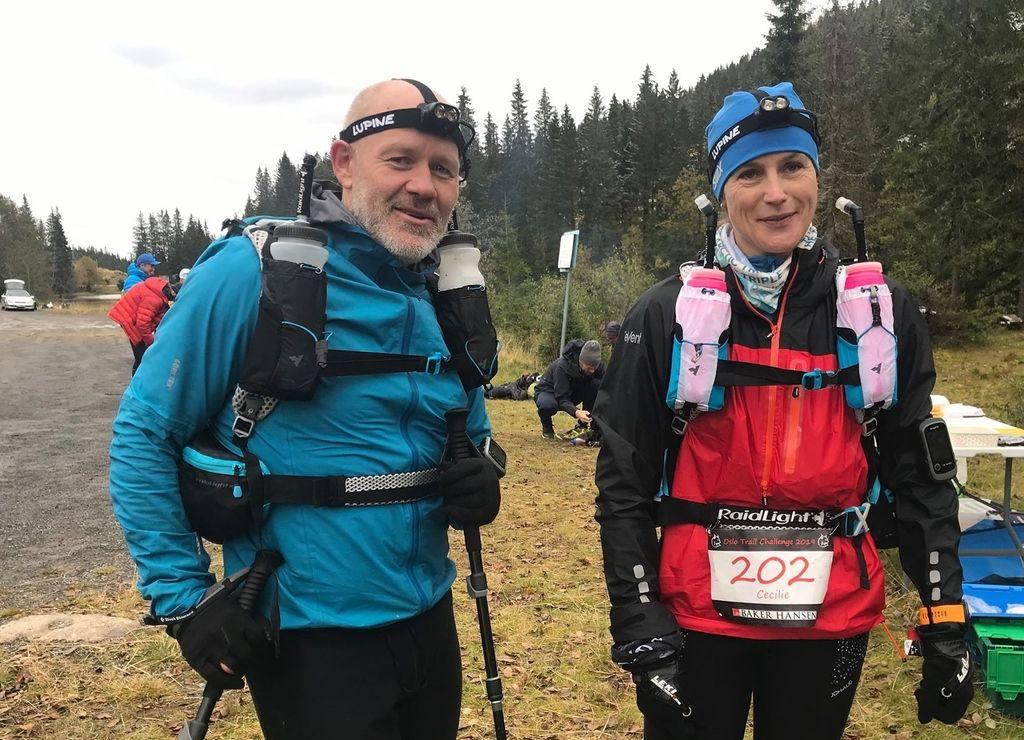 Øystein Jack Næss og Cecilie Longva Igesund ser uforskammet spreke ut på Mylla etter 100 km. Enda 100 km senere var de alene om å klare å fullføre den lengste distansen i Oslo Trail Challenge. (Foto_Mona Kjeldsberg)