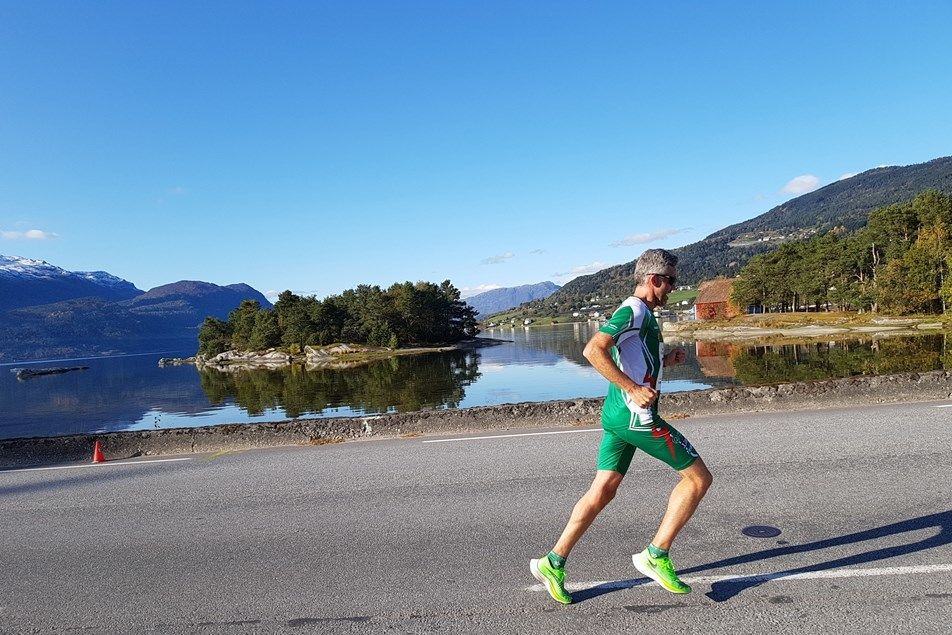 Dagens raskeste løper, Lars Ole Hageskal, i flotte omgivelser. (Foto: Svein Hjelmeset)