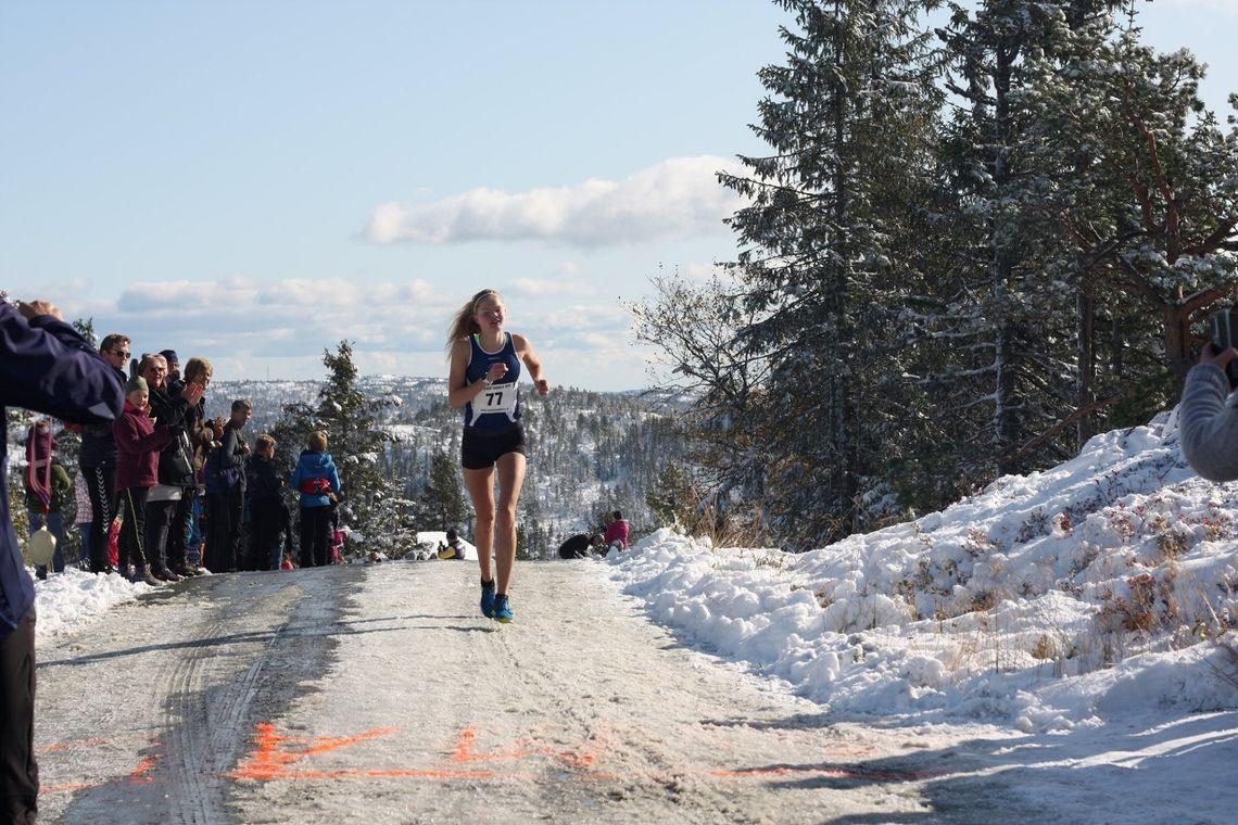Mariann Roe løper inn til seier på Kyrkebygdheia. Som vi ser av antrekket var det flott vær selv med vinterlige omgivelser. (Arrangørfoto)