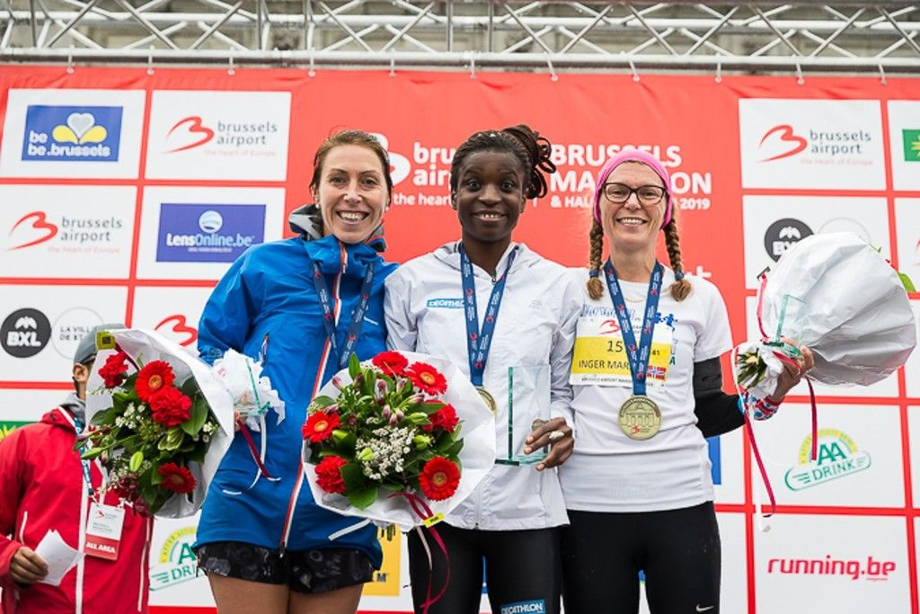 Inger Marit Star Valstad på pallen sammen med den belgiske vinneren Kabi Nassam og franske Ludvine Seulin som ble nummer to. (Foto: Brussels Airport Marathon)