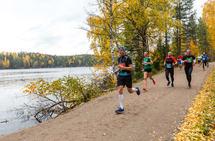 Vi venter i spenning på den dagen vi igjen kan se slik idrettslig utfoldelse i ordinære løpskonkurranser utenfor bane. Bildet er fra Nøklevann Rundt i 2019. (Foto: Per Inge Østmoen)