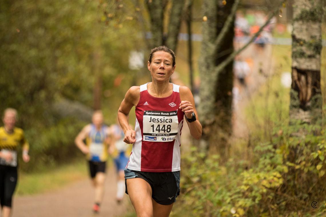 Vinner: Jessica Gunnarsson løp i mål på tida 18.43 og vant kvinneklassen under Nøklevann Rundt sin 5-kilometer. Foto: Sylvain Cavatz