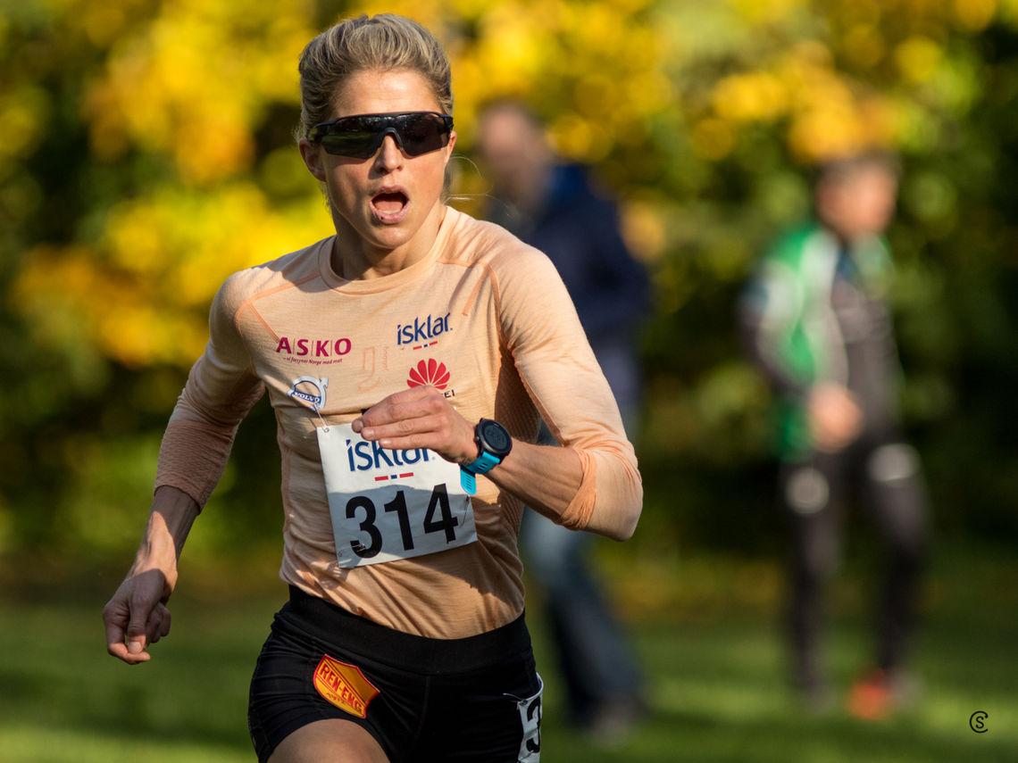 Therese Johaug har ristet av seg konkurrentene og vant NM terreng i Frognerparken med god margin. (Foto: Sylvain Cavatz)