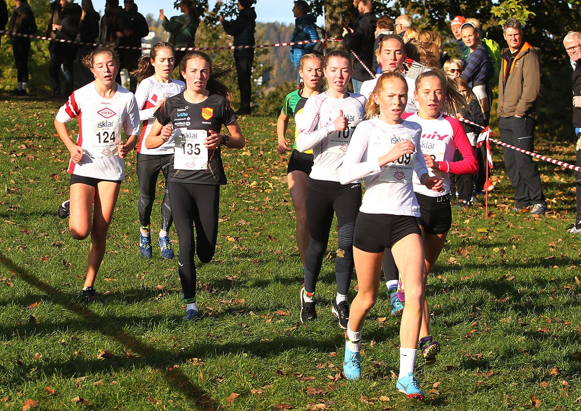 Det er et samlet felt etter den første runden på 8 jenter fordelt på løpere i juniorklassen og 15- og 16-årsklassen. (Foto: Kjell Vigestad)