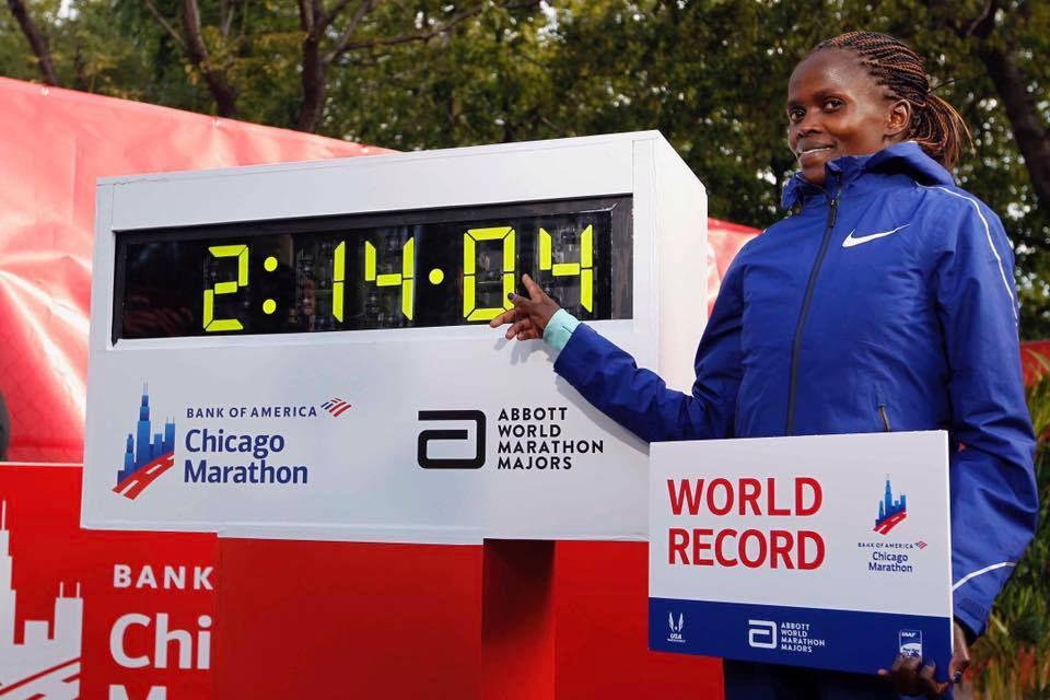 Kenyanske Brigid Kosgei kan stolt peke på den nye verdensrekordtida på maraton. (Foto: arrangøren)