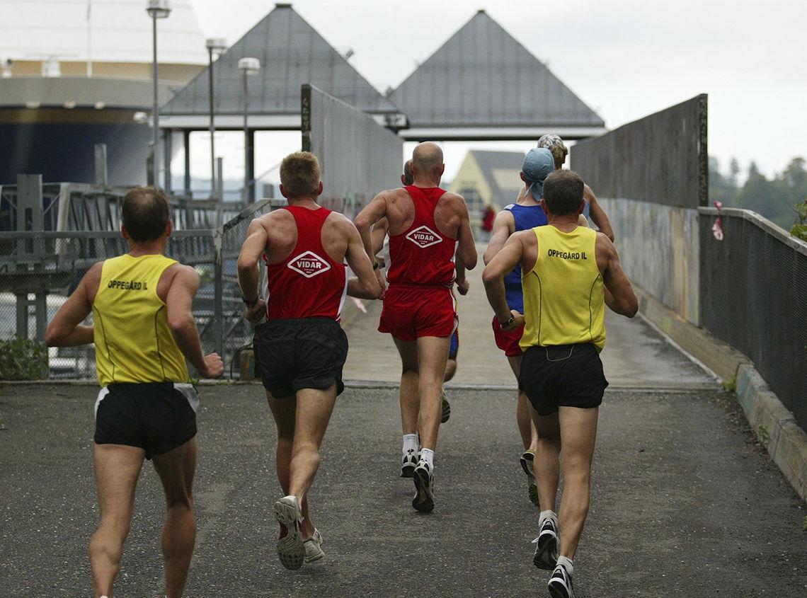 Oslo Maraton 2006: Ikkje så mange av konkurrentane visste at dei to løparane i midten hadde Renato Canova som trenar. (Foto: Kjell Vigestad)