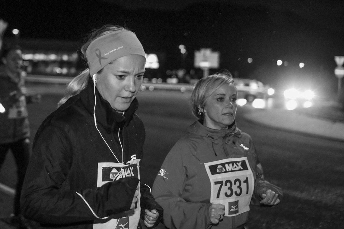 Løypen passerer en av de store rundkjøringene i Åsane. Løperen med startnummer er Birgit Kårbø.