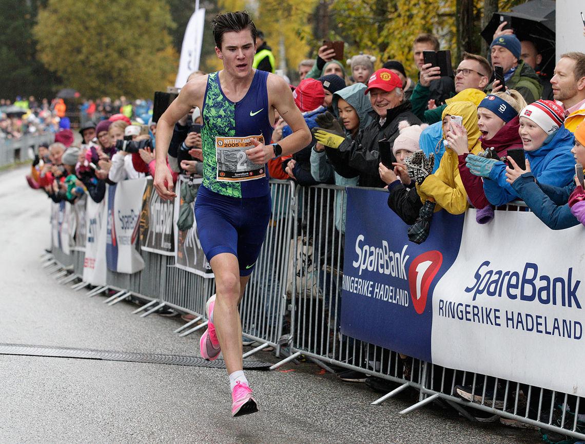Jakob Ingebrigtsen spurter inn til seier og ny norsk rekord på 10 km gateløp. (Foto: Per Inge Østmoen)