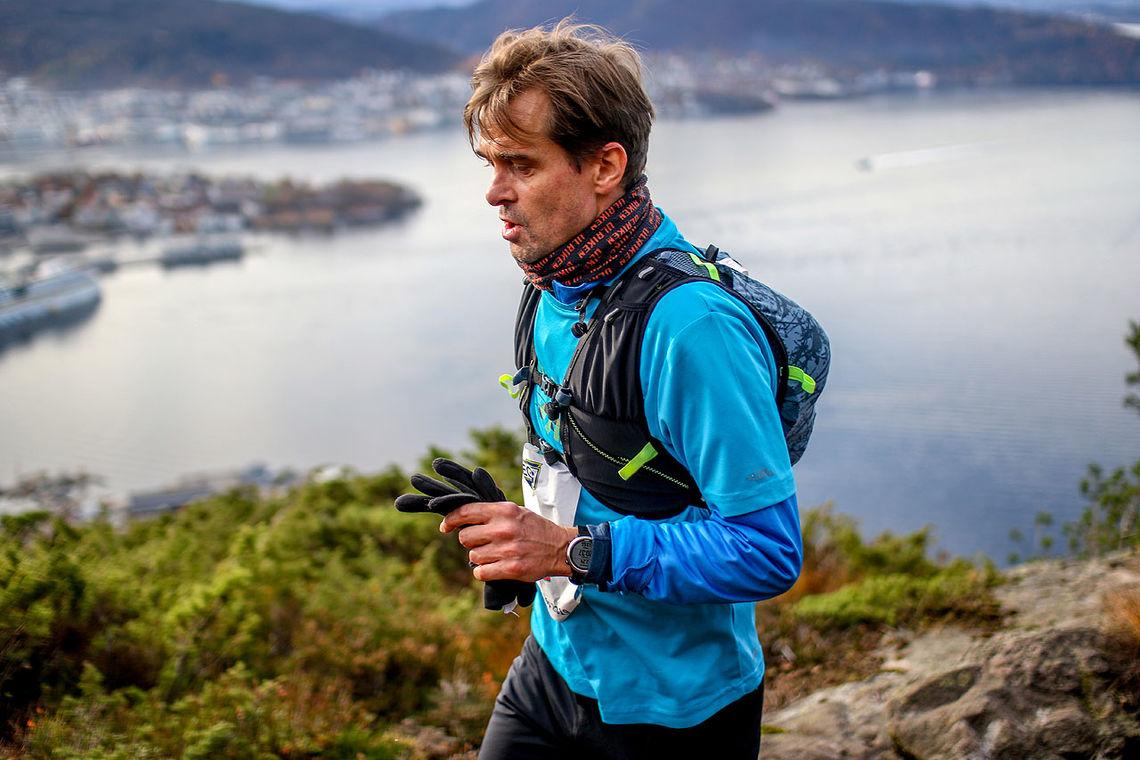 Odd Andre Byrknes har her kommet seg opp på Sandviksfjellet og skal fortsette mot Blåmanen
