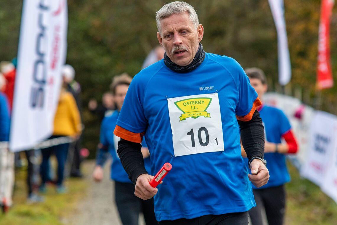Lobas-laget bringer stafettpinnen gjennom løypen i fjorårets Brakvatnet Halvmaraton. (Foto: Eivind Helland Marienborg)