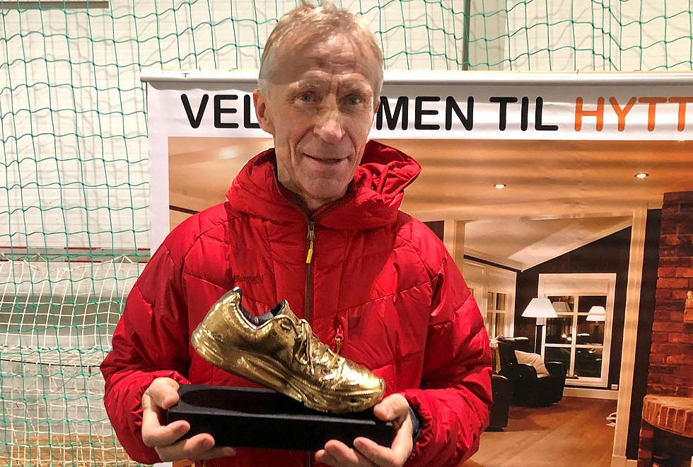 Gullskovinner: Kristen Aaby mottok beviset på at han ble årets langdistanseløper, veteran, i 2018 under Hytteplanmila nå i helga. Foto: Trond Hansen