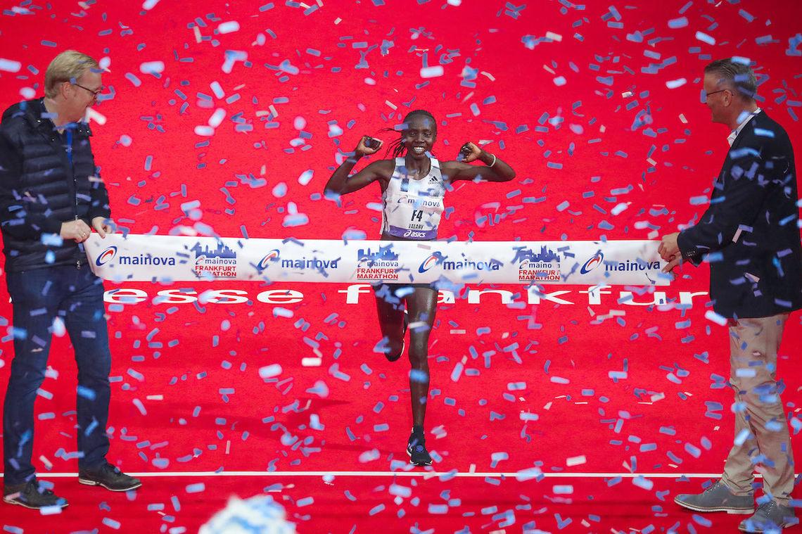 Valary Aiyabei fra Kenya satte ny løyperekord i Frankfurt Marathon, og ble første kvinne til å løpe under 2:20 i den tyske storbyen. (Arrangørfoto)