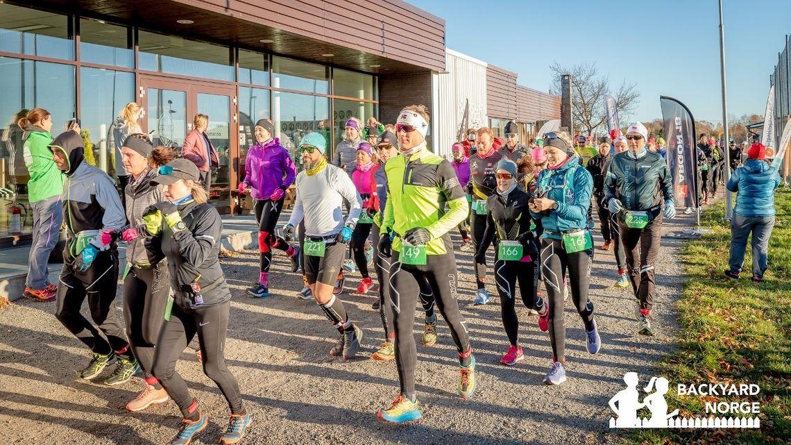 171 løpere legger ut på den første av 12 runder (6,7 km). Foto: Backyard Norge