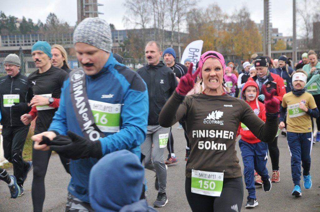 Hege Jeanette Henriksen i kjent engasjert stil. Hun driver gruppen og siden - Kvinner med bart - de løper hele i hele movember. Foto: Barteløpet Oslo