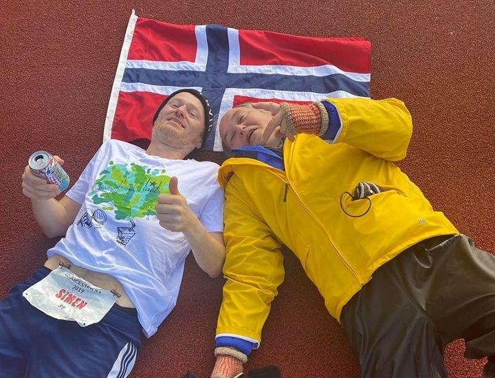 En glad Simen Holvik etter løpet sammen med faren Audun. (Foto: Luke Shervey)
