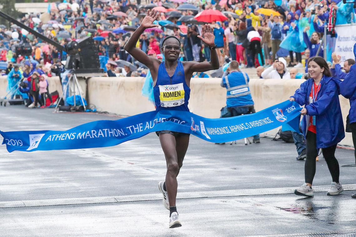 42 år gamle John Komen vant Athen Marathon. (Foto: Victah Sailer / AMA)