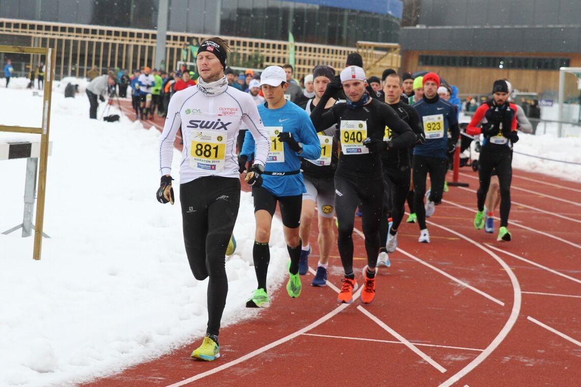 Starten på maraton i fjor med litt snøkanter på Jessheim friidrettsstadion. Det er tradisjonelt litt større mulighet for helt bare løyper enn for vinterføre i midten av november. (Foto: Olav Engen)